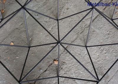 Schwarzer Design Couchtisch aus Rundstahl und Stahlkugeln