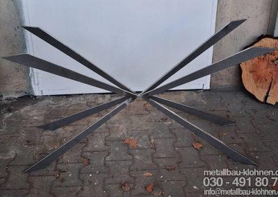 Futuristischers Esstischgestell aus rohem Flachstahl