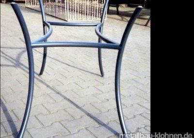 Tischgestell aus geschwungenem Stahlrohr