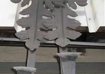 Grosse schmiedeeiserne Blumenkasthalter mit Blattmotive