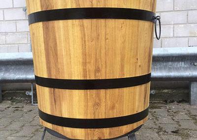 Holzbottich für Wein mit schmiedeeisernem Fussgestell